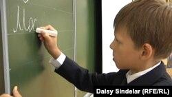 Učenik u jednoj od moskovskih škola vežba pisanje