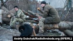 Водій Василь та матрос Дмитро відпочивають після заготівлі дров