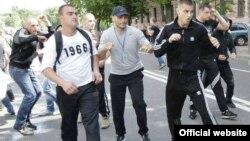 Учасники побиття у центрі Києва, фото з Фейсбук, журналіста Веніаміна Трубачова, Київ, 18 травня 2013 року