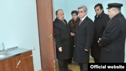 Armenia -- President Serzh Sarkisian (C) inspects a newly built apartment in Gyumri on December 23, 2009.