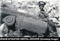 Мальчик позирует рядом с изваянием барана в Джульфе, 1915 год.