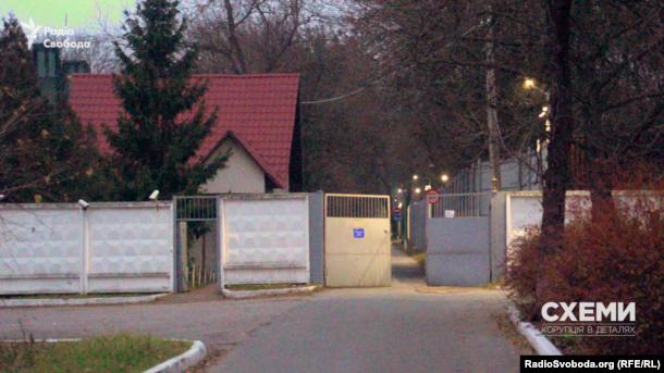 Ворота КСО «Фортеця» на вулиці Вишгородській у Києві