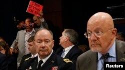 Директорот на Агенцијата за национална безбедност Кит Александер и директорот на Националното разузнавање Џејмс Клапер.