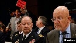 Кіт Алеґзандер (л) і Джеймз Клаппер (п) на слуханні в конгресовому комітеті, Вашингтон, 29 жовтня 2013 року