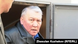 Former Kazakh Health Minister Zhaqsylyq Dosqaliev was walking with crutches at his hearing on May 10.