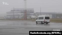 Мікроавтобус, яким кожного пасажира із зали офіційних делегацій доправляють до трапу літака