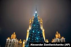 Мәскеудегі Radisson қонақүйі алдындағы Жаңа жыл шыршасы. 24 желтоқсан 2019 жыл.