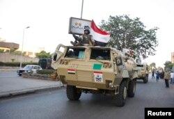 Військова техніка рухається до президентського палацу в Каїрі, 3 липня 2013 року
