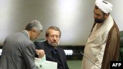 یک خبرگزاری داخلی ایران از وعده علی لاریجانی (نفر وسط) برای رایزنی با شورای نگهبان به منظور حضور «اصلاح طلبان معتدل» در انتخابات مجلس خبر داده است.