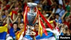 Испания құрамасына берілген Euro 2012 чемионатының кубогы. Киев, 1 маусым 2012 жыл.