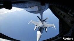 KC-135 Stratotanker учқичи ҳавода бошқа самолётларга ёнилғи қуйиш учун мўлжалланган.