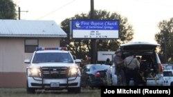 Сазерланд Спрингс қалашығындағы атыс болған баптистер шіркеуінің жанында жүрген полиция. Техас, 5 қараша 2017 жыл.