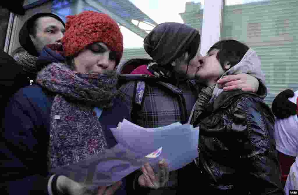 Russia - activste gay la un protest-cu-sărut în fața Dumei de stat de la Moscova care a aprobat la prima lectură legea care interzice propaganda homosexuală în rîndul minorilor.