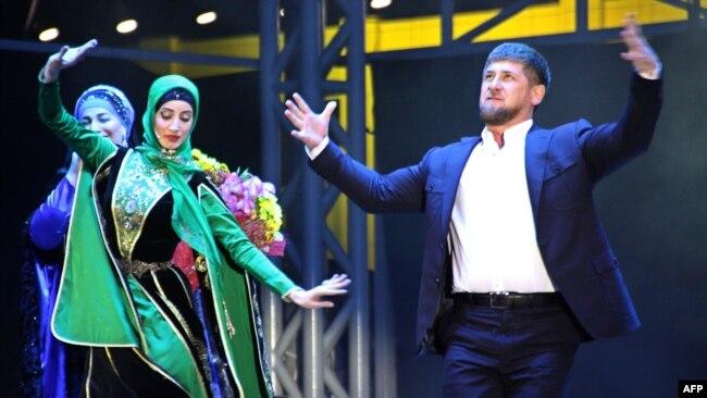 Кадыров танцует лезгинку (архивное фото)