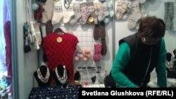 Продавщица подарочной продукции. Астана, 5 марта 2014 года.
