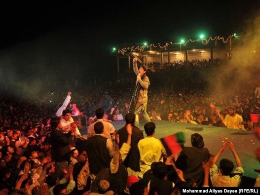 نمایی از کنسرت فرهاد دریا در ولایت هلمند افغانستان در آبان ماه ۸۹