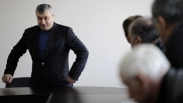 Нынешний политический ландшафт перекраивается под президентские выборы, в которых намерены участвовать и Анатолий Бибилов, и Леонид Тибилов. Отношения между ними подчеркнуто дружественные, но конфронтация уже наметилась. В этих условиях укреплять сомнительный союз остается только совместной борьбой с предполагаемой тенью Эдуарда Кокойты