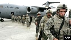 Американские солдаты выходят из самолета по прибытии из Афганистана на авиабазу Манас в феврале 2009 года.