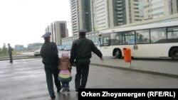 Полиция наразы үлескерді әкетіп барады. Астана, 22 мамыр 2013 жыл. (Көрнекі сурет)
