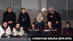 В первом ряду слева направо: президент Южной Кореи Мун Чжэ Ин и его жена Ким Юн Сук, жена вице-президента США Карен Пенс, и вице-президент Майк Пенс и премьер-министр Японии Синдзо Абэ, во втором ряду председатель парламента КНДР Ким Йон Нам и сестра Ким Чен Ына - Ким Ё Чжон, президент ФРГ Франк-Вальтер Штайнмайер с супругой