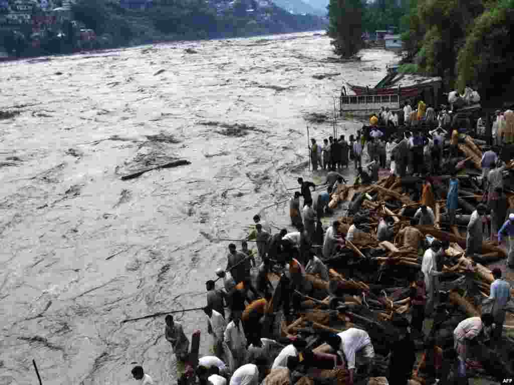 Разлив реки в Музафарабаде, 30 июля 2010