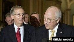 Вице-президент США (справа) изменил своим правилам и устроил разнос демократам не выходя из здания конгресса