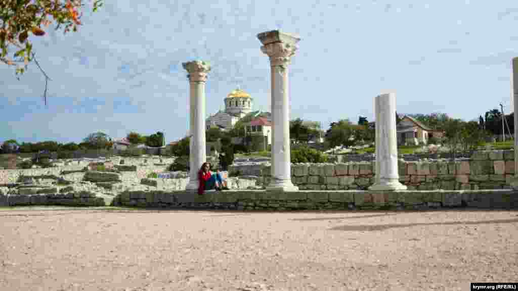 Ukraina Tış işler naziriniñ sabıq muavini Serğiy Kıslıtsâ Parijde UNESCO Baş konferentsiyasınıñ 40-ıncı sessiyasında çıqışta bulunıp, Rusiyeniñ Qırımda yapqanları Hersones içün «ciddiy telüke» taşımaqta, dep bildirdi