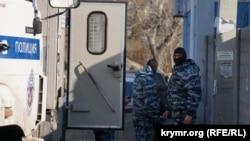 Силовики, які прибули на засідання «Кримської солідарності» в Судаку 27 січня 2017 року