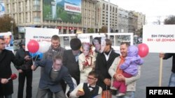 Акція «Кандидати» роздають «обіцянки» на Майдані Незалежності у Києві