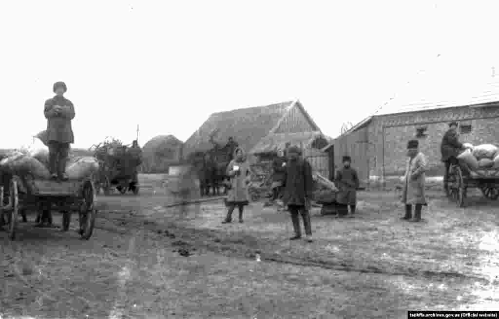 Здача хліба і сільськогосподарського приладдя для організації колгоспу імені Д. Бєдного в селі Удачне, 1930 рік