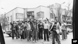 """1978 წლის 28 ნოემბერი, თეირანში გამართული აქციის დროს ირანელი სტუდენტები სკანდირებენ: """"სიკვდილი შაჰს!"""" მოჰამედ რეზა-შაჰ ფაჰლევი ირანს 1941 წლიდან მართავდა. ქვეყნის მოდერნიზაციის პარალელურად, მან ჩაახშო განსხვავებული აზრი და პოლიტიკური თავისუფლებები."""