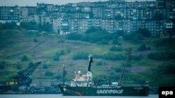 Судно Arctic Sunrise виходить із порту Мурманська, 2014 рік