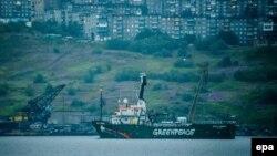 """Корабль Arctic Sunrise международной экологической организации """"Гринпис"""" у берегов Мурманска."""