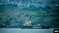 """Корабль """"Гринпис"""" Arctic Sunrise покидает порт Мурманска. Россия, 1 августа 2014 года."""