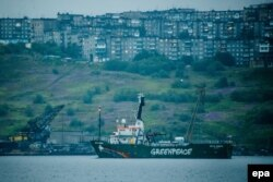 Судно активистов Arctic Sunrise в порту Мурманска