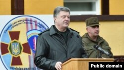 Петро Порошенко АКШ-Украина аскерий машыгууларында сүйлөп жатат. Украина, 20-апрель, 2015.