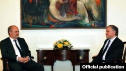 Հայաստանի արտգործնախարար Էդվարդ Նալբանդյանը հանդիպում է անցկացնում Թուրքիայի փոխարտգործնախարար Ֆերիդուն Սինիրլիօղլուի հետ, Երեւան, 7-ը ապրիլի, 2010թ.