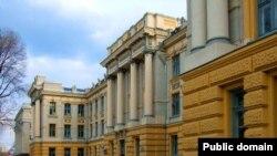 Уже несколько лет по соглашению с Министерством образования России шанс выехать на обучение ежегодно получают в среднем до ста человек