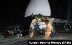 Зенитно-ракетный комплекс С-300 во время выгрузки из самолета Ан-124 на российской авиабазе Хмеймим в Сирии, октябрь 2018 года