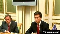 ABŞ-nyň Döwlet sekretarynyň Günorta we Merkezi Aziýa meseleleri boýunça kömekçisi Robert Bleýk (sagda) we ABŞ-nyň Döwlet sekretarynyň Demokratiýa, adam hukuklary we zähmet meseleleri boýunça kömekçisi Maýkl Pozner, 14-nji iýun, Aşgabat.