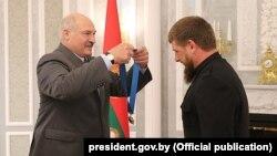 Александр Лукашенко вручает Рамзану Кадырову орден Дружбы народов
