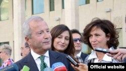 Հայաստան -- Բարերար Վաչե Մանուկյանը պատասխանում է լրագրողների հարցերին, Մայր Աթոռ, 18-ը հոկտեմբերի, 2012թ․