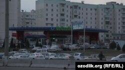 Бензин кезегінде тұрған көліктер. Ташкент.