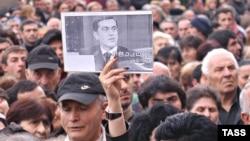 Ираклий Окруашвили является бесспорным лидером предвыборной гонки. Если Центризбирком не отменит его регистрацию в качестве кандидата, подвергнутый опале еще при Саакашвили экc-министр обороны, скорее всего, станет мэром в своем родном Гори