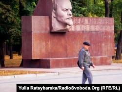 Стела «Победа комунизма неизбежна», біля облдержадміністрації та облради, Дніпропетровськ, 10 листопада 2011 року
