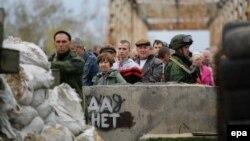 Иллюстративное фото. Местные жители на подконтрольном боевикам так называемой «ЛНР» блокпосту. Станица Луганская, октябрь 2016 года