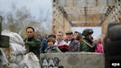 Ukraine -- Local citizens stand in line at the checkpoint controlled by pro-Russian rebels on the Severskiy Donets riverside in the settlement of Stanytsia Luhanska of Luhansk region, October 9, 2016
