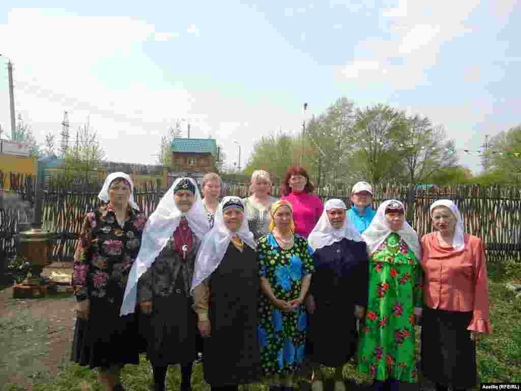 Татар апалары кунакларны паркта каршы ала