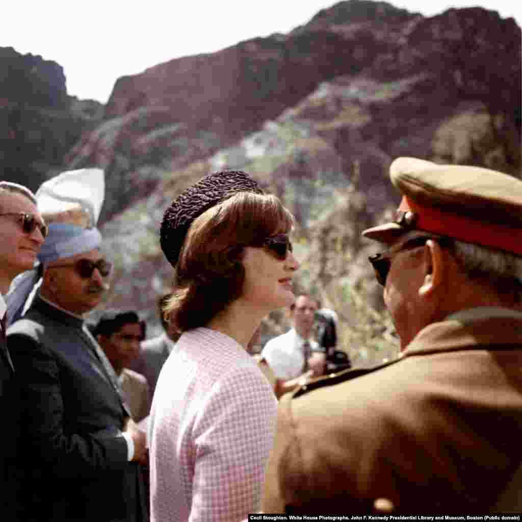 Жаклин Кеннеди на перевале Хайбер в традиционной каракулевой шапке, подаренной президентом Пакистана. Поездка в Пакистан была успешной, и, как говорили, это были одни из самых счастливых дней в жизни первой леди. Через год ее муж, президент Джон Кеннеди, был застрелен, когда она ехала вместе с ним в автомобиле в Далласе.