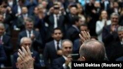 Архивска фотографија. Претседателот на Турција Реџеп Таип Ердоган и членовите на Парламентот